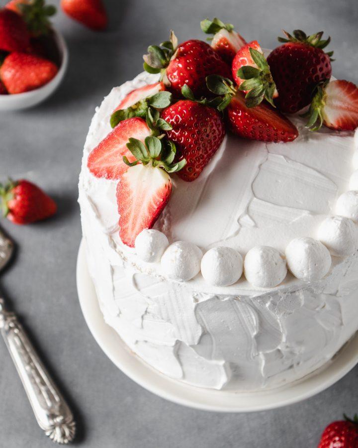 Torta vegana con panna montata e fragole
