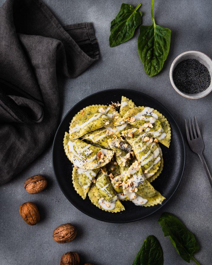 mezzelune ai semi di papavero ripiene di tofu e spinaci con panna e noci