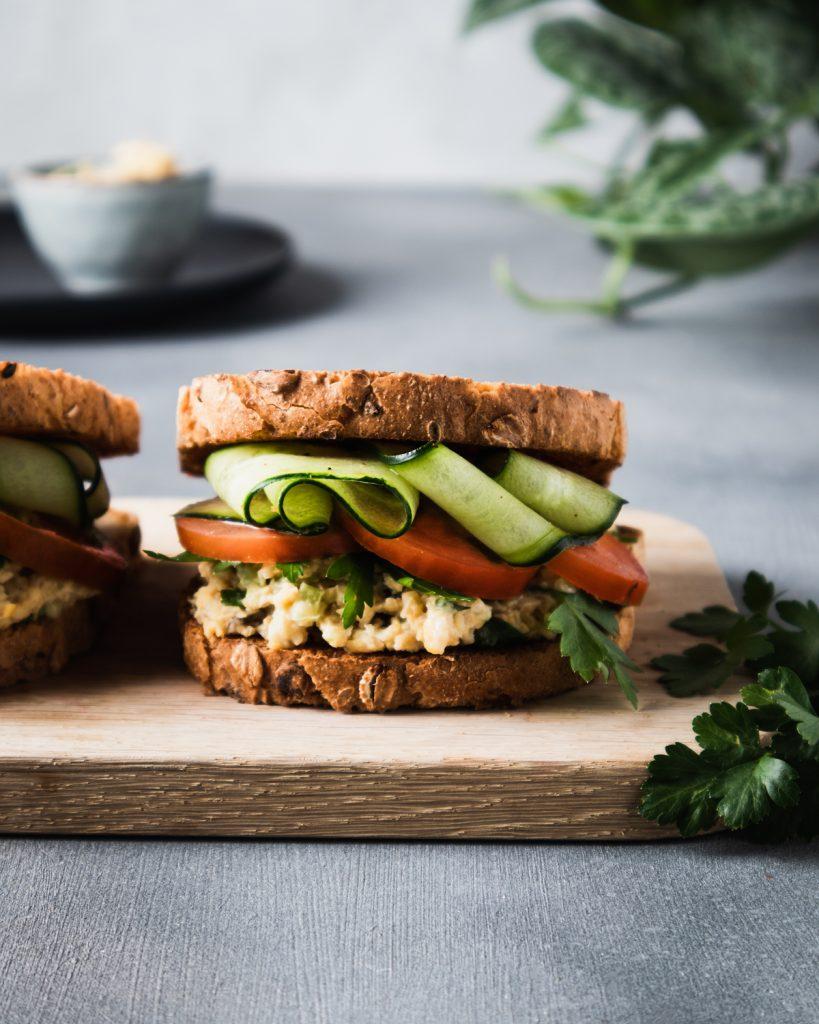"""""""Tuna salad"""" sandwich con ceci e alga dulse"""
