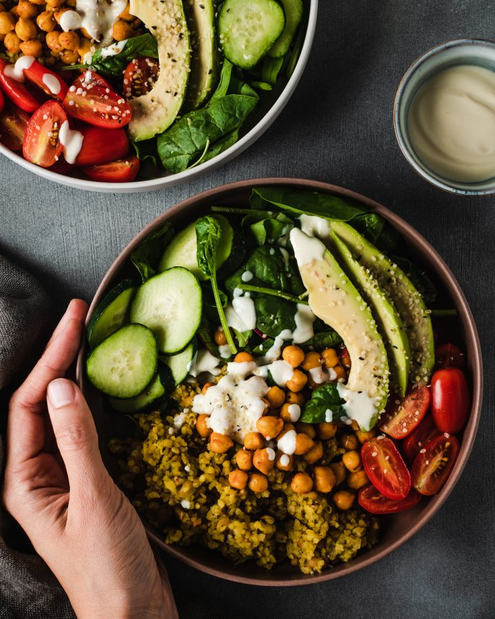 Buddha bowl con legumi, verdure crude e bulgur alla curcuma